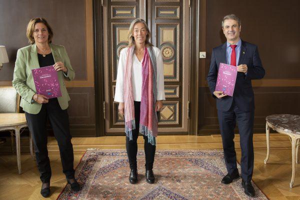 Miljö- och klimatminister Isabella Lövin och näringsminister Ibrahim Baylan tar emot Elbranschens färdplan från Energiföretagens VD Pernilla Winnhed.