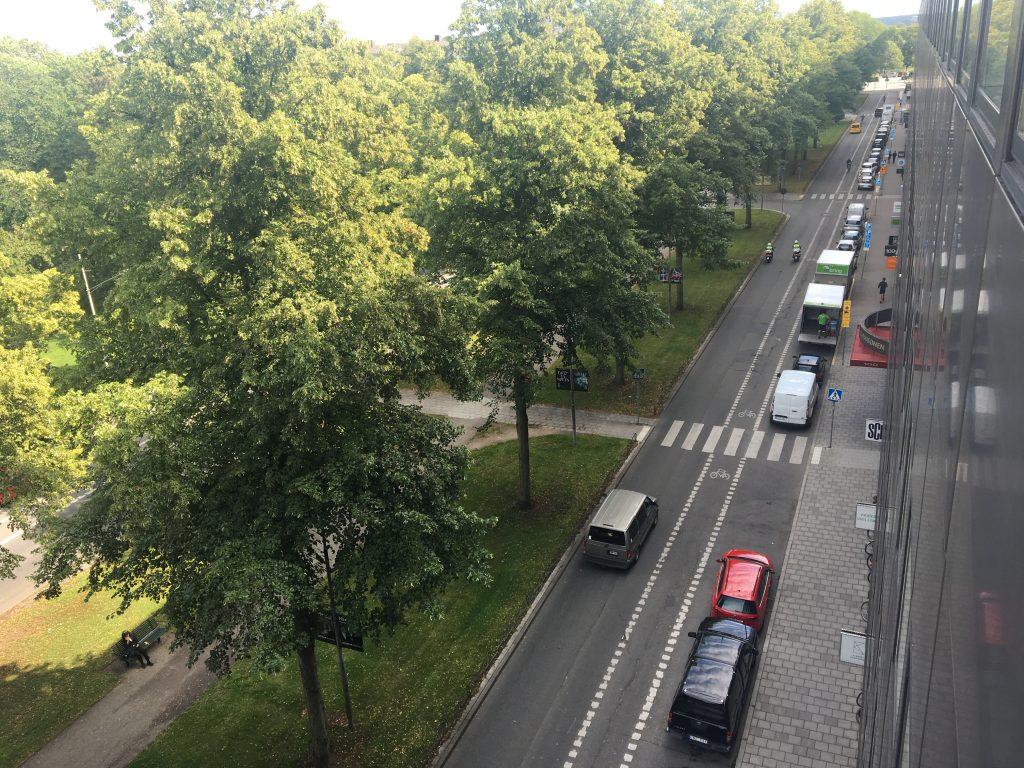 Bilar parkerade på gata
